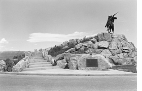 Featured image is reproduced from 'Lee Friedlander: The American Monument.'