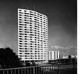 Photo of an Alvar Aalto Apartment Building, Bremen, by G. Kleine-Tebbe, is reproduced from 'Robert Venturi: Complexity And Contradiction In Architecture.'