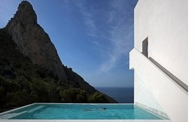 """House on the cliff"" features the architecture of  Fran Silvestre Arquitectos as photographed by Diego Opazo and is reproduced from ""The Swimming Pool in Photography."""