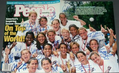 1999 US Women's World Cup soccer team autographed People magazine (Mia Hamm Julie Foudy Kristine Lilly Briana Scurry)