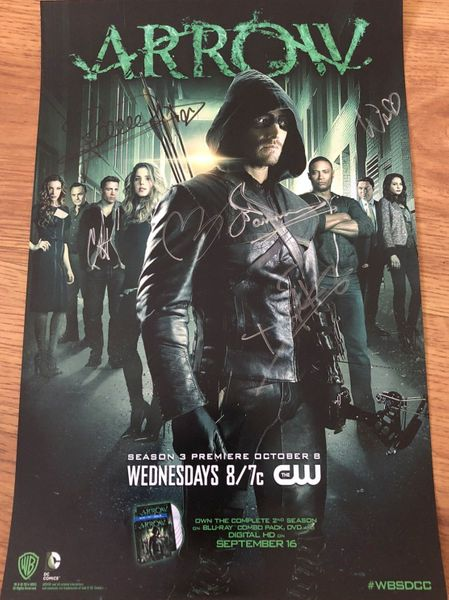 Arrow cast autographed 2014 Comic-Con poster (Stephen Amell David Ramsey Paul Blackthorne Willa Holland)