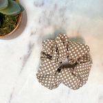 Pretty Simple Schrunchie - Beige Dot