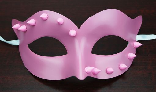 Carmellia Spiked Mask Pink