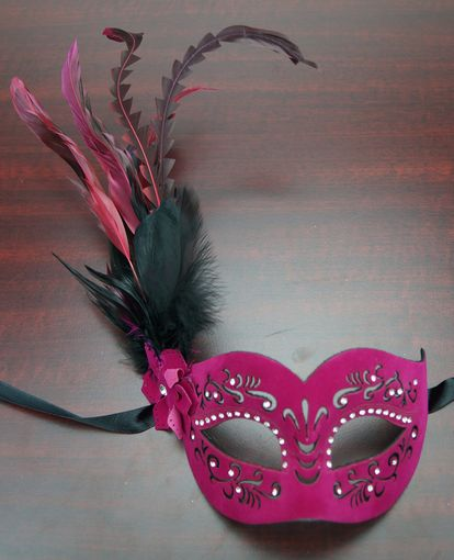 Veronica Feather Mask Rouge