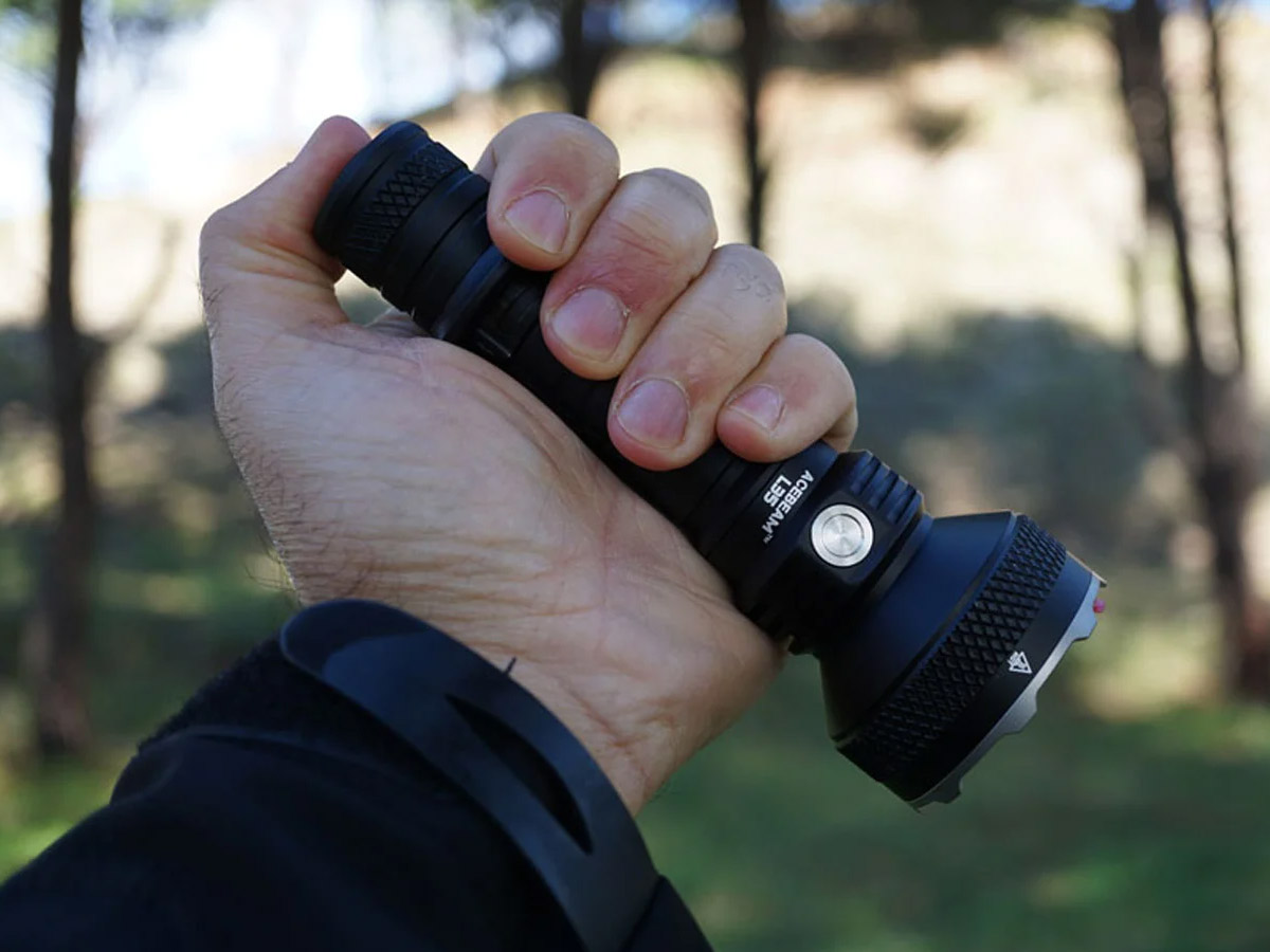 ACEBEAM L35 USING THE TAIL SWITCH IN PALM OF HAND