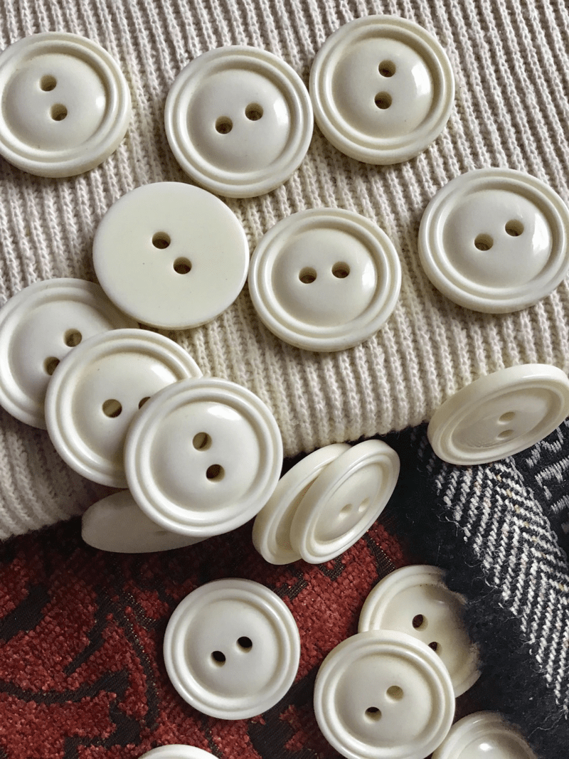 "Italian Winter White 2 Hole Button 1"" (25mm) 40L Vintage Buttons #717"