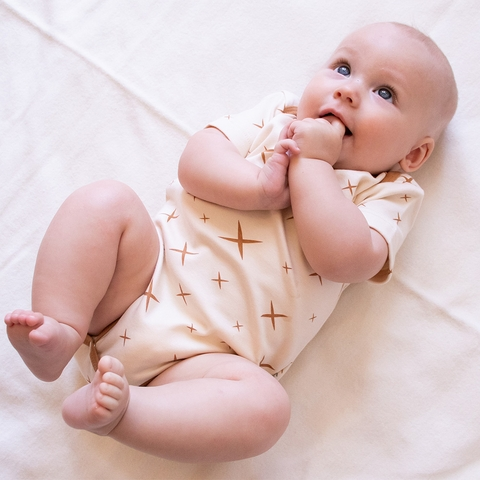Kinder Birch, Organic Cotton Apparel, Hoshi Cream Fawn Short Bodysuit