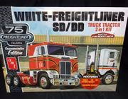AMT 1046/06      --      White Freightliner SD/DD  Truck Tractor 2'n1 Kit   1:25