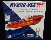 MPC 883/12     --    Hydro-Vee Boat Kit   w/detailed outboard engine  1:18