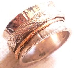 Spinner band for man delicate ring