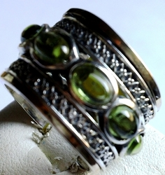 Spinner ring set with peridots