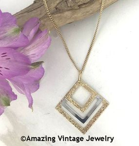 CENTER ATTRACTION Necklace