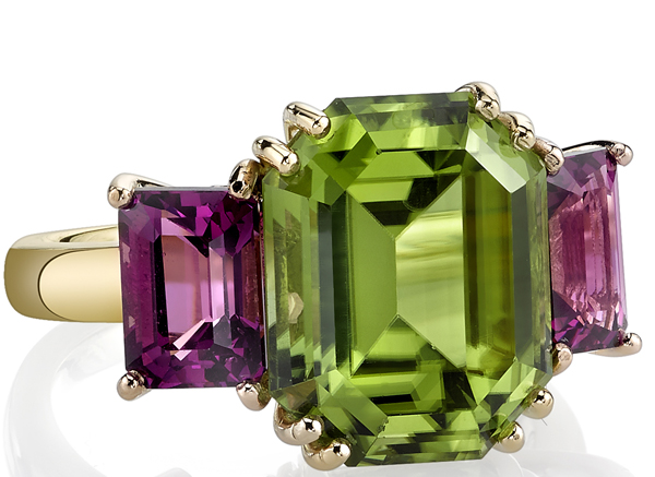 Beautiful 18kt Yellow Gold 3-Stone Ring With 6.77ct Emerald Peridot Centergem & Garnet Sidegems