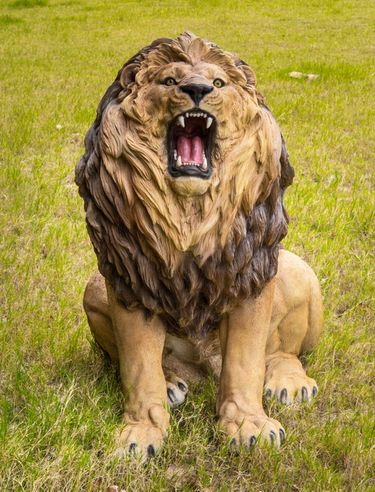 Giant Lion Roaring Statue