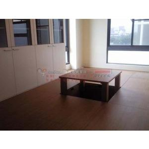 歐雅系統家具 玻璃書櫃,和室收納櫃 中間可昇起來的桌子可當麻將桌使用 系統地板 E1V313 EGGER