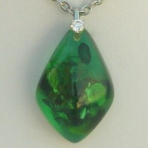 【歡喜心珠寶】【綠幽琥珀馬眼造型墜子】加925銀k金墜頭,波羅的海天然綠幽琥珀「附保証書」