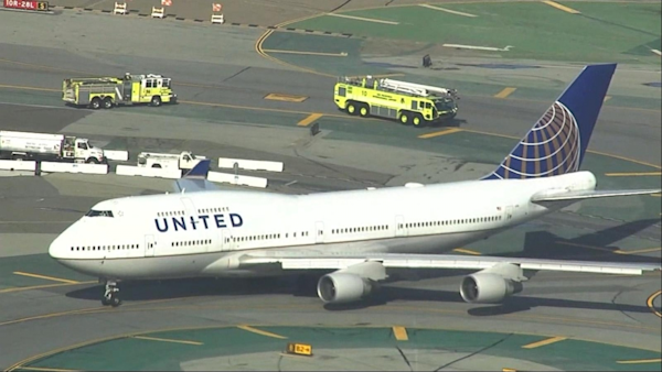 Good Morning America United Airlines : United airlines flight bound for tokyo experiences engine