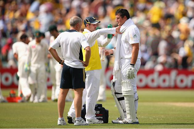ADELAIDE, AUSTRALIA - NOVEMBER 23: South African Graeme Smith cools down during day two of the Second Test match between Australia and South Africa at Adelaide Oval on November 23, 2012 in Adelaide, A