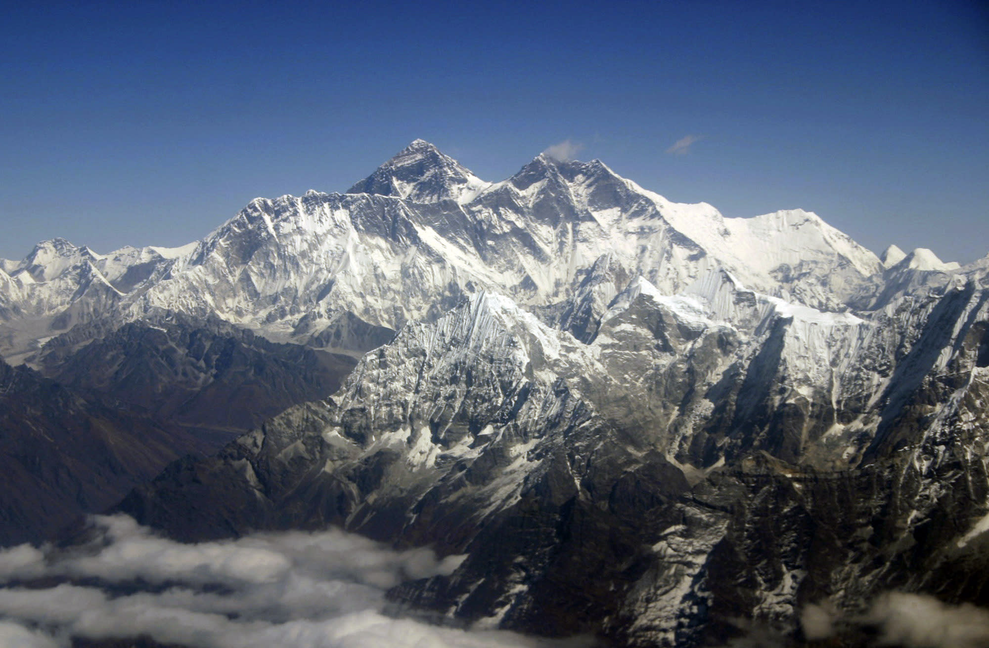 8 dead, more missing in quake-triggered avalanche on Everest