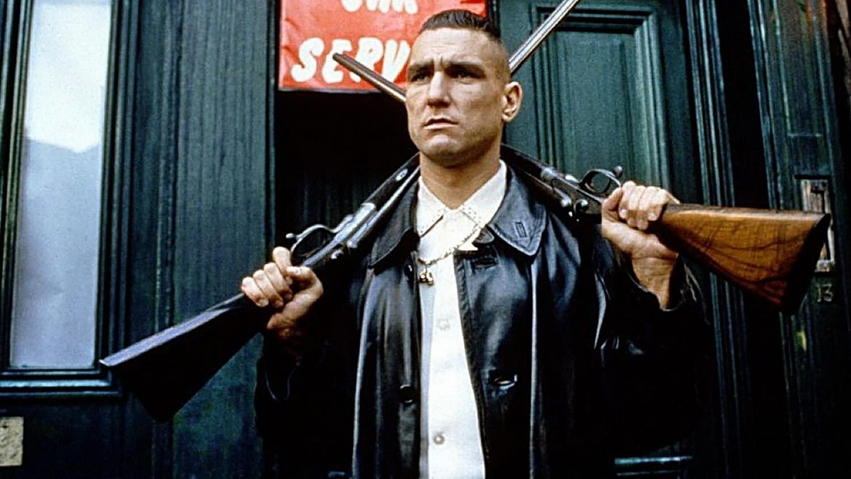 <p>四、英國球星維尼瓊斯(Vinnie Jones),客串《兩根槍管》:英國球員維尼瓊斯不只是一名足球選手,更是一位赫赫有名的電影明星。球風強悍的維尼瓊斯十分凶狠,曾創下開場五秒便拿下黃牌的紀錄。他1998年在蓋瑞奇的首部長片《兩根槍管》中扮演一名收帳黑道,從此打開了他的演藝之路。有趣的是,維尼瓊斯演出的幾乎都是惡棍角色,或夢想成為惡棍的角色。(圖片來源:《兩根槍管》劇照) </p>
