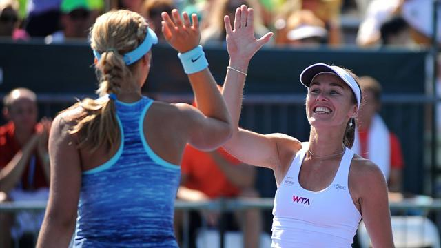 Tennis - Hingis returns to winner's circle in Miami
