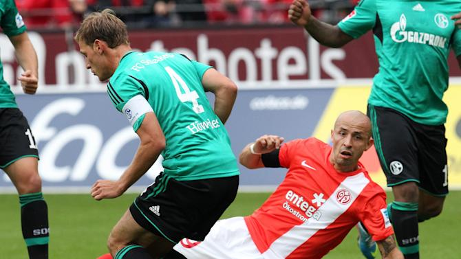 Mainz's Elkin Soto of Colombia, right, and Schalke's Benedikt Hoewedes challenge for the ball during a German soccer Bundesliga match between FSV Mainz 05 and FC Schalke 04 in Mainz, Germany, Saturday, Sept. 14, 2013