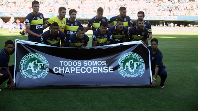 Boca Juniors' players pose with a banner to pay tribute to Brazilian soccer team players of Chapecoense, victims of the plane crash in Colombia, in Buenos Aires