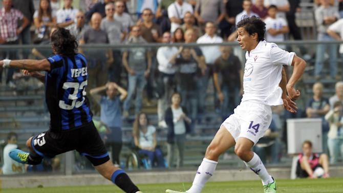 Fiorentina's Vecino Falero Matias, right, of Uruguay, scores during a Serie A soccer match against Atalanta in Bergamo, Italy, Sunday, Sept. 22, 2013