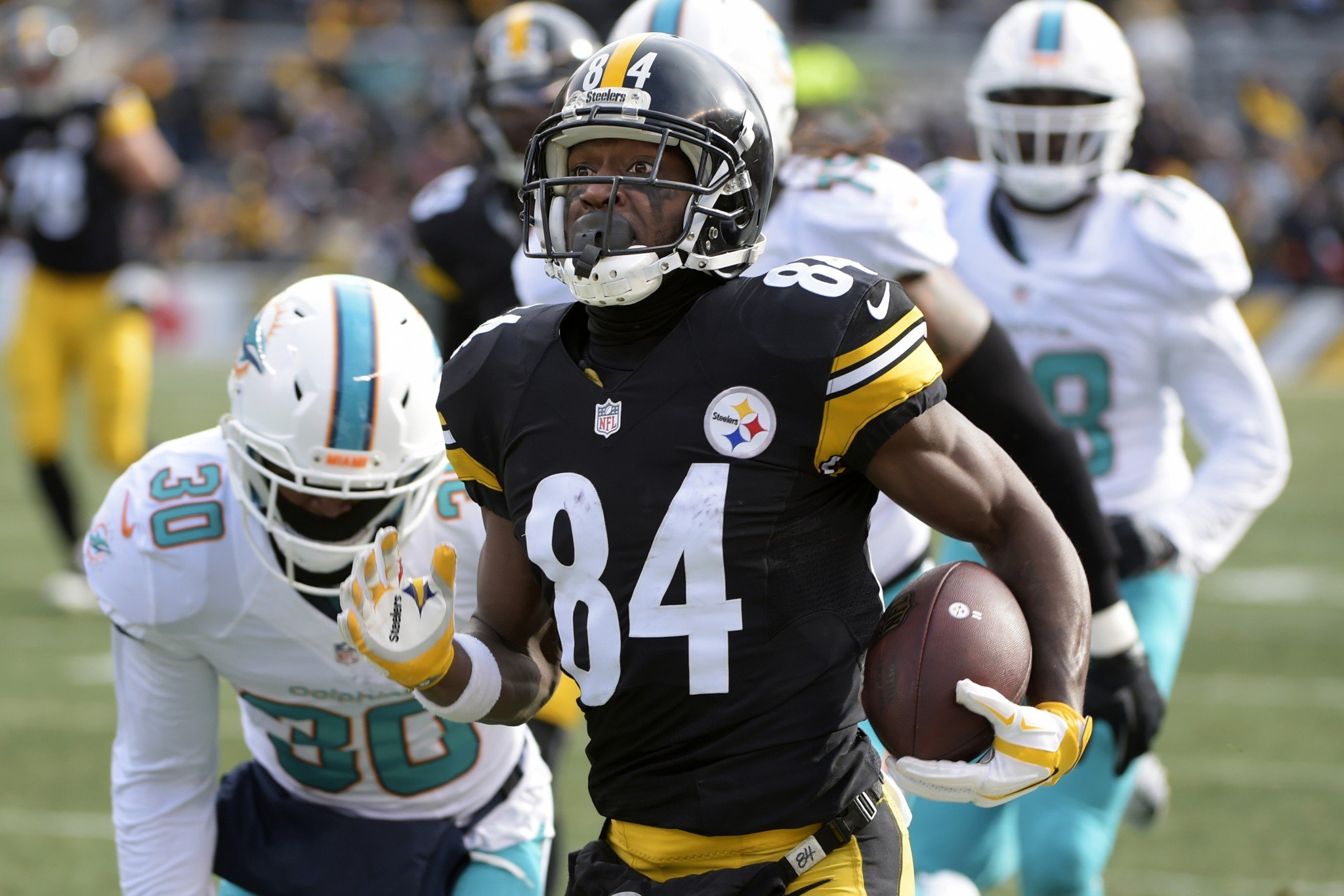 Antonio Brown roasted the Dolphins for two long TDs midway through the first quarter. (AP)