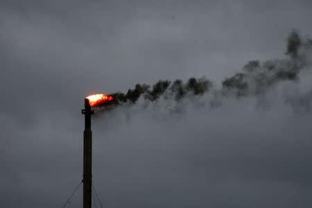 Nubarrones de la tormenta tropical Harvey cerca de una refinería en Corpus Christi, Texas
