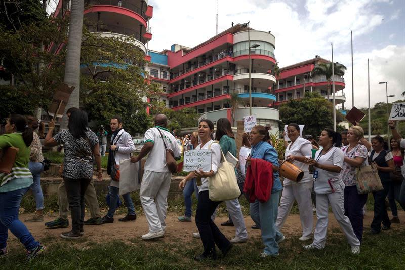Trabajadores de hospitales protestan por mejoras en condiciones laborales hoy, jueves 7 de julio de 2018, en Caracas (Venezuela). EFE