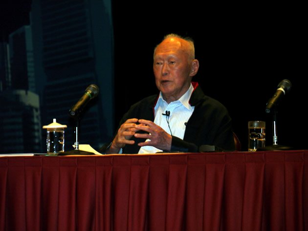 Former MM Lee Kuan Yew shared his projections and advice for Singapore with undergraduates at NTU. (Yahoo! photo/Jeanette Tan)