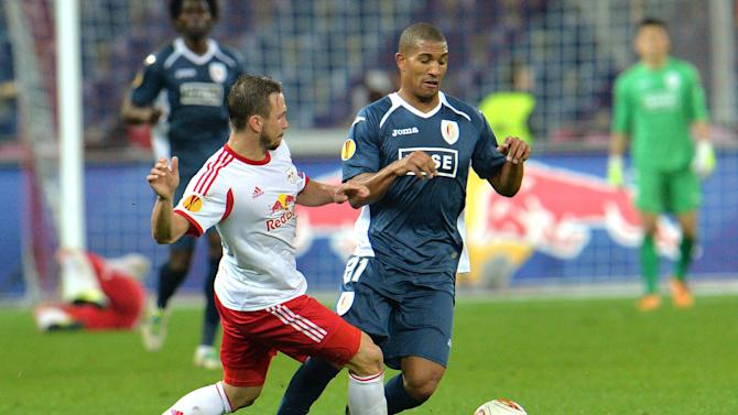 Salzburg's Andreas Ulmer, left, and Standard's William Vainqueur challenge for the ball  during the Europa League group C soccer match  between Red  Bull Salzburg and Standard Liege  in Salzburg , Austria, Thursday, Oct.  24, 2013