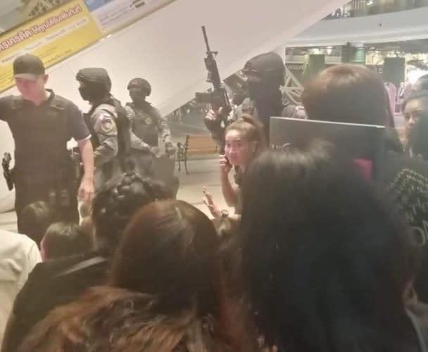 警方從商場救出多人。