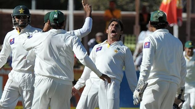 Pakistan cricketer Saeed Ajmal (C) celebrates the wicket of South African Faf du Plessis for 28 runs during the 2nd Test between South Africa and Pakistan , in Cape Town at Newlands (AFP)