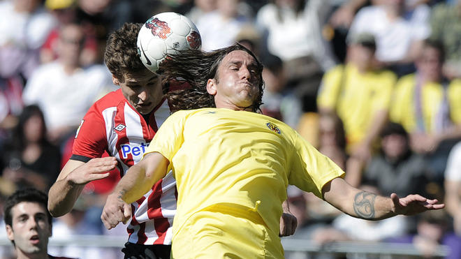 Athletic Bilbao's Forward Fernando Llorente  (L) Vies For The Ball  With Villarreal's Argentinian Defender Gonzalo AFP/Getty Images