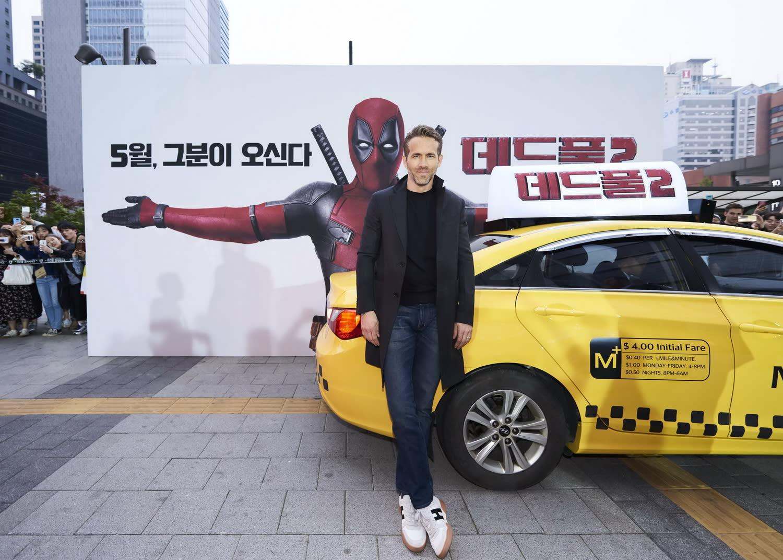 <p>萊恩雷諾斯不僅搭乘自己最愛的「阿杜牌」小黃計程車抵達紅毯現場,更是親切地為現場粉絲簽名與自拍,繼兩年前的台灣行之後,再度以一身迷人魅力成功收伏首爾。 </p>