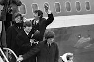 "Los Beatles llegan al Aeropuerto Kennedy de Nueva York desde Londres en una fotografía de archivo del 7 de febrero de 1964. Ringo Starr, John Lennon, Paul McCartney y George Harrison. Paul McCartney y Ringo Starr participaron en el concierto ""The Night that Changed America: A Grammy Salute to the Beatles"" el lunes 27 de enero de 2014 para conmemorar su presentación en Estados Unidos en 1964. (Foto AP, archivo)"