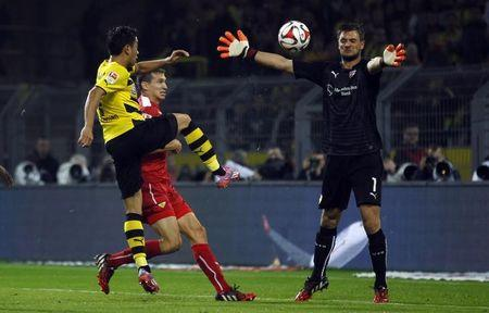 Borussia Dortmund's Shinji Kagawa tries to score against VfB Stuttgart's Sven Ulreich (R) during their Bundesliga soccer match in Dortmund