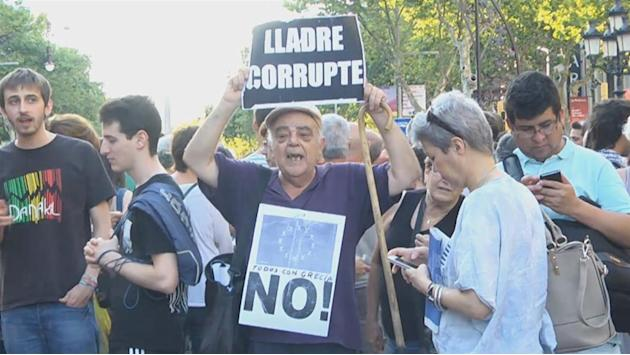 Angry Spaniards show solidarity with Greece