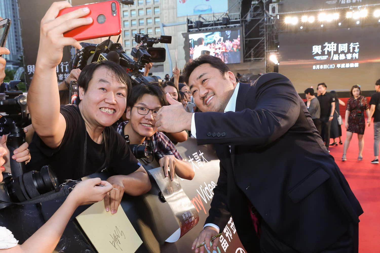 <p>現場聚集超過三千位粉絲迎接心目中的偶像來到台灣,搭配現場氣勢磅礡的紅毯場景,畫面相當盛大隆重。 </p>