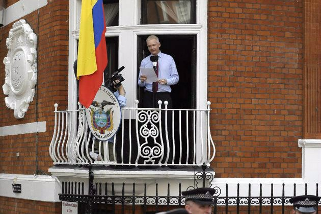 Assange speaks from ecuador embassy balcony slams u s for Julian balcony