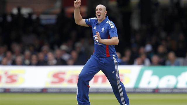 Cricket - Tredwell breakthrough gives England hope