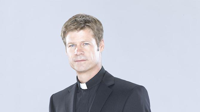 "Joel Gretsch in the ABC series ""V"""
