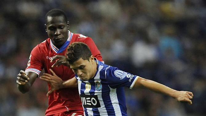 FC Porto's Juan Quintero, right, from Colombia challenges Gil Vicente's Alphousseyni Keita, from Mali in a Portuguese League soccer match at the Dragao stadium in Porto, Portugal, Saturday, Sept. 14, 2013