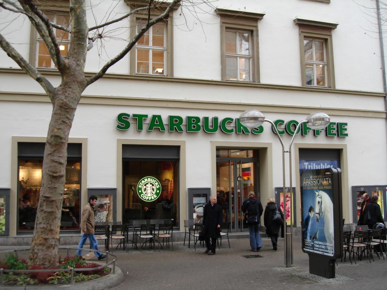 Desde para barista hasta para gerente de una tienda, Starbucks cuenta actualmente con diversos puestos de trabajo a los que es posible acceder sin ser graduado. Glassdoor le otorga una calificación de 3,8. (Foto: Wikimedia Commons).