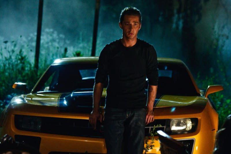 <strong>《變形金剛:復仇之戰》Transformers: Revenge of the Fallen西亞李畢福(Shia LaBeouf)</strong>:西亞李畢福是少數幾位透過饒舌樂來痛批自己作品的演員之一,而儘管《變形金剛》系列電影讓他成為家喻戶曉的明星,西亞李畢福卻對自己的演出不怎麼引以為傲,尤其是第一部續集電影。<br><br>他當時向媒體表示:「我們根本沒有劇本。這就像是一集長達兩小時的『週六夜現場』搞笑短劇,只是加上了大量爆破。我們不過就是在即興演出。」<br><br>他還在坎城影展上補充道:「當我看到第二集時,我對我們的表現實在不太滿意。麥可貝把場面搞得太大了,因此一發不可收拾,而失去了全片的地基。你失去了那些角色之間的情感關係。除非你擁有這些情感關係,否則這部電影就顯得無關緊要,只不過是一群機器人在大戰罷了。」(圖:Paramount)