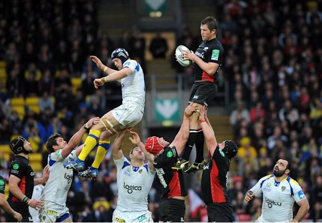 Saracens flanker Justin Melck (R) catches the ball during a European Cup rugby match in Watford, England on April 8, 2012