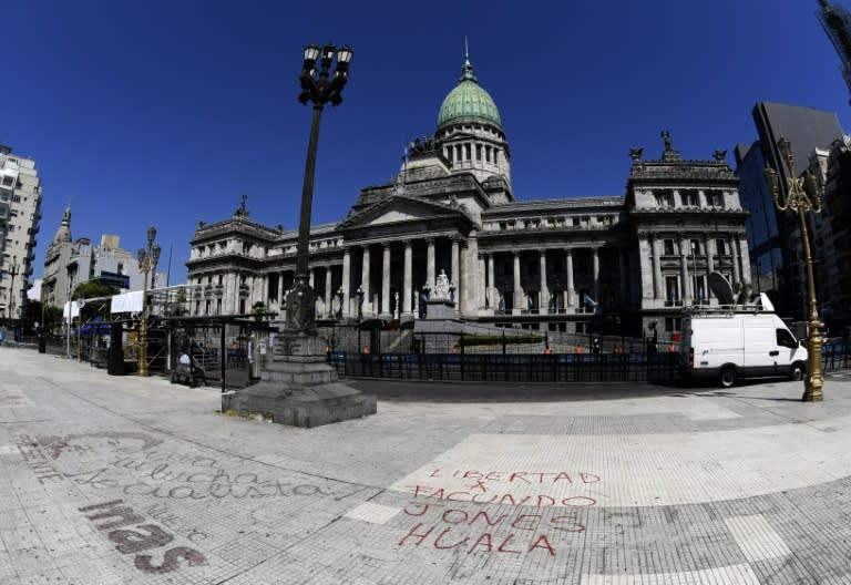El Senado argentino trata ley para frenar alza de tarifas, Macri promete veto