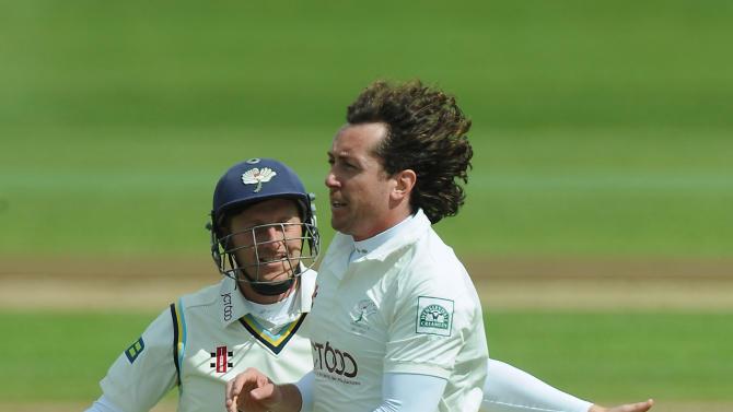 Cricket - LV County Championship - Division One - Day One - Warwickshire v Yorkshire - Edgbaston